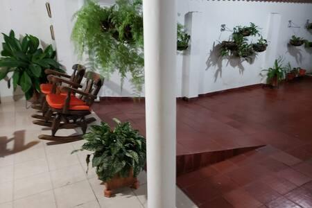Casa colonial con amplios espacios y clima ideal..