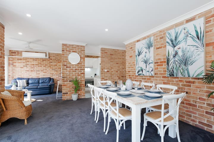 68 'Bay Parklands' , 2 Gowrie Ave - aircon, pool, tennis court, communal spa