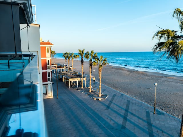 Aparthotel 10m beach & restaurants and 45min train to BCN