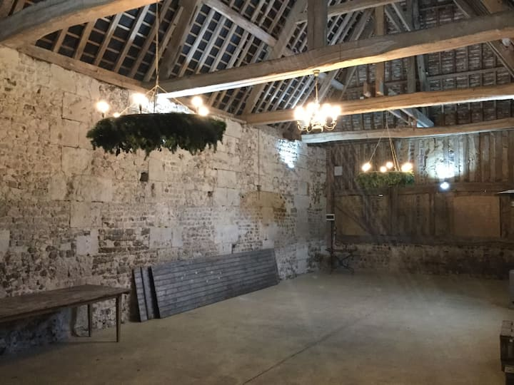 Ferme construite sur mur médiéval du 11 siècles.