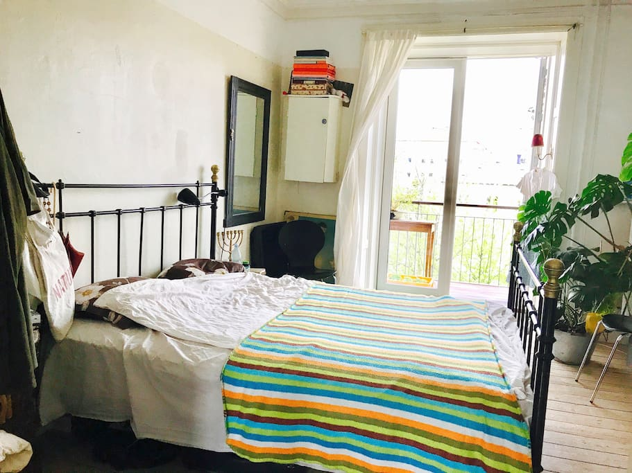 The bed is 180 cm wide.