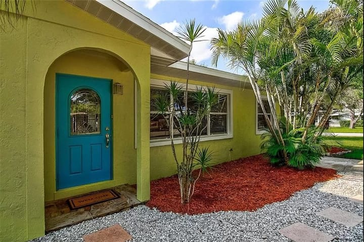 Bright 3/2 Bungalow Close to Downtown & Beaches