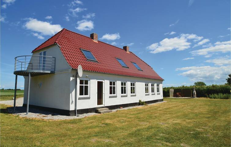 Former farm house with 3 bedrooms on 248 m²