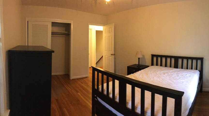 Room in a house walk to UNC&Downtown Chapel Hill