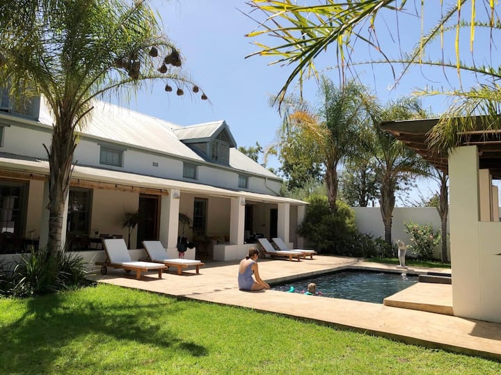 Shiraz Estate: 6-Bedroom Holiday House with Pool
