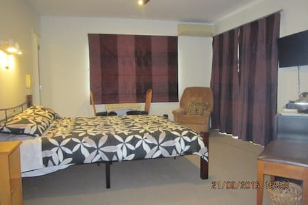 Bed-sitting room, ensuite & adjacent twin bedroom - Pukekohe