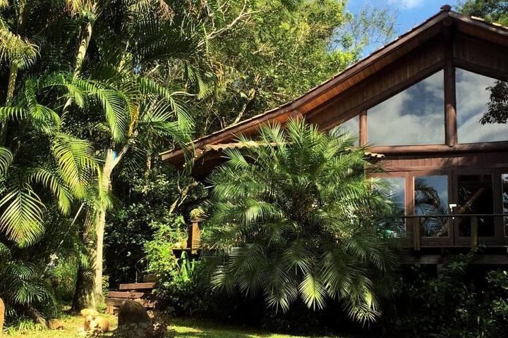 Linda Casa c/ piscina no meio da natureza
