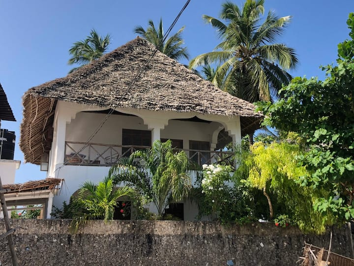 Lala Villa (1 minute from the beach)