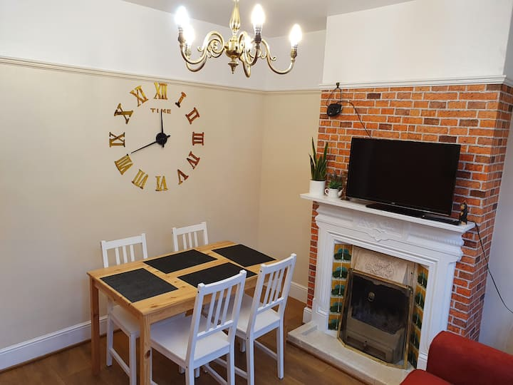 Clean and comfortable house 10min to M1 & Airport