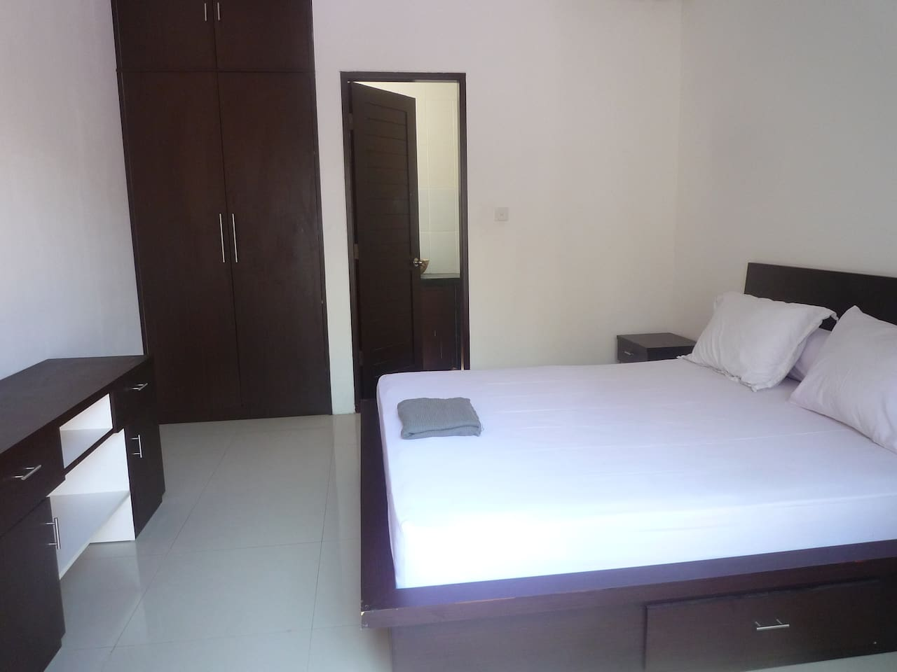 This is the room available to rent with a connecting wet room / toilet.