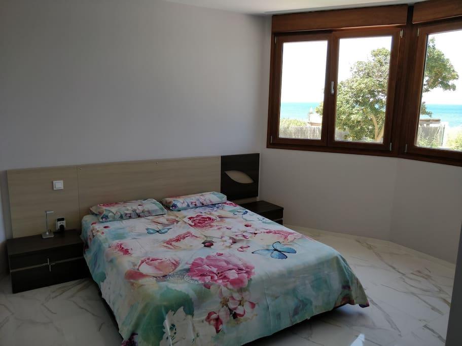 Dormitorio con cama grande en la planta baja. Спальня с большой кроватью на нижнем этаже.