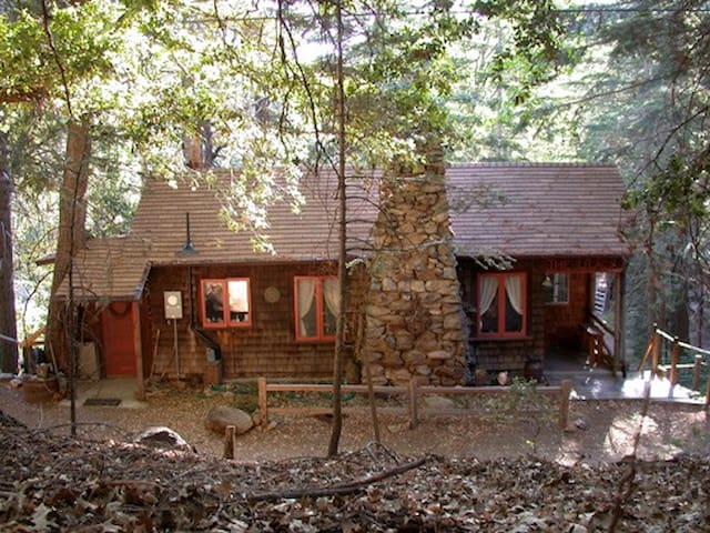 1Bedrm for 2 ~ Cozy, Cute 1920s Mt. Cabin in Pines