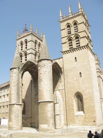 Cathédrale St Pierre dans le style gothique avec ses défenses importantes!