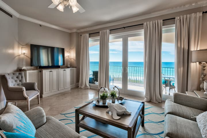 Gorgeous BEACHFRONT condo with Beach Service Included!