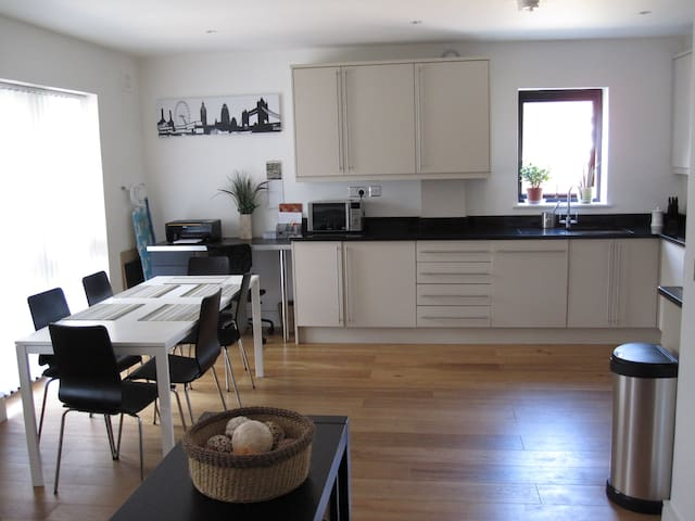 Spacious 2 bed 2 bath apartment - Buckhurst Hill - Apartament