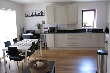 Spacious 2 bed 2 bath apartment - Buckhurst Hill - Lägenhet