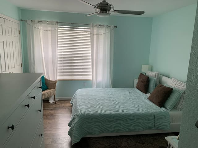 Beautiful room in quiet community with pools & gym