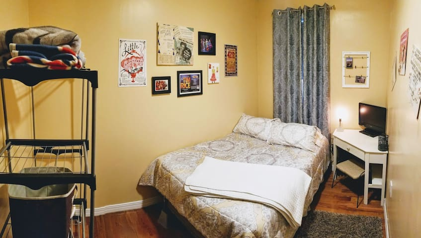Homey private room in Inwood, Manhattan