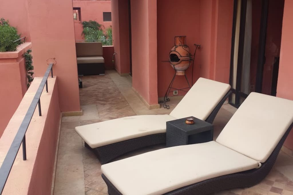 Large balcony with loungers, dinner table and BBQ Grande terrace avec chaises longues, table et chaises et barbecue
