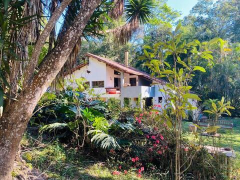 Casa tranquila com muito verde