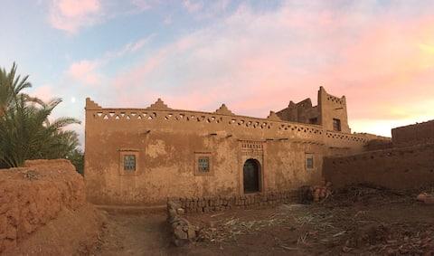Maison de terre au milieu de la palmeraie du Drâa