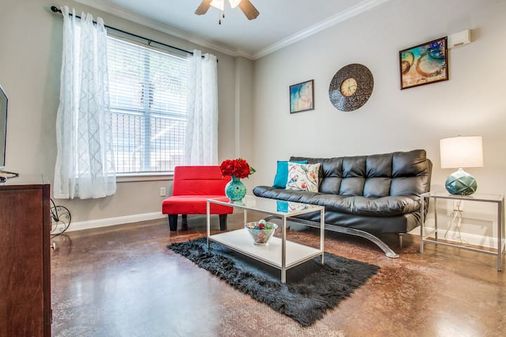 Spacious Downtown Poolside Apartment -Free Parking