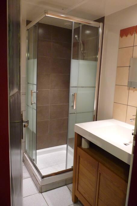 Salle de bains agréable avec ses tons chaleureux.
