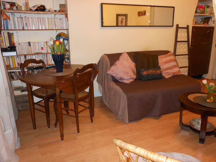 A confortable and cosy place to read french books, surfing on internet, taste good meals or dinner so that you have 4 supermarkets near the apartment, one market with fresh product on saturday morning at 250 m from the flat on place du marché saint honoré