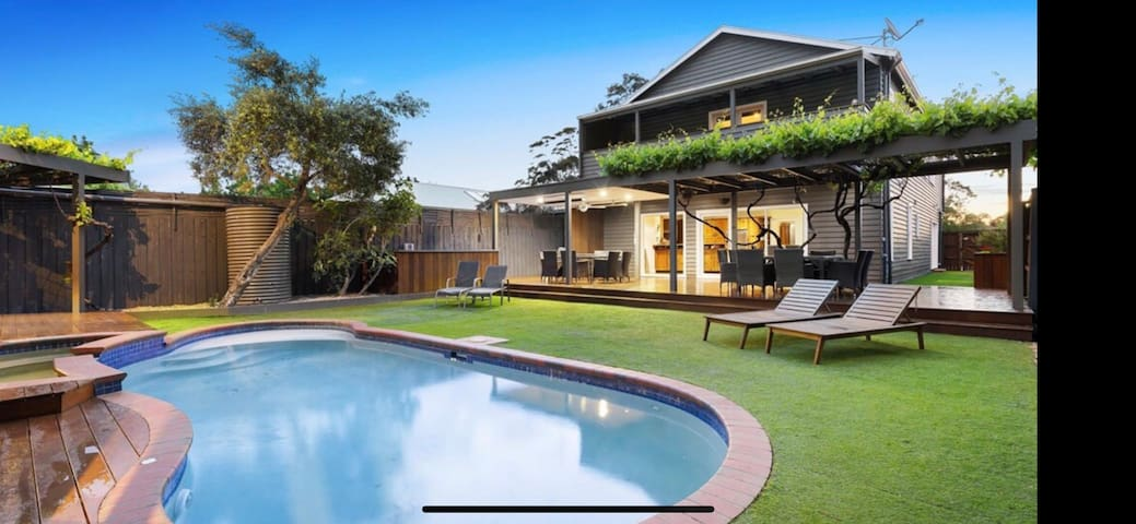 Fab 2 level home, 6 beds, pool & 1 bed cabin