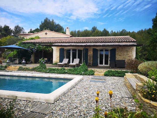 Chambre avec  terrasse et  piscine privative.