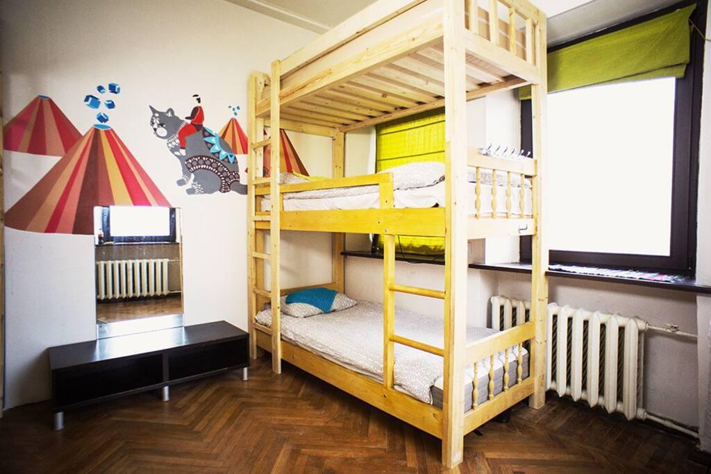 Две трехъярусные кровати, зеркало, диммер, светильник, трельяж