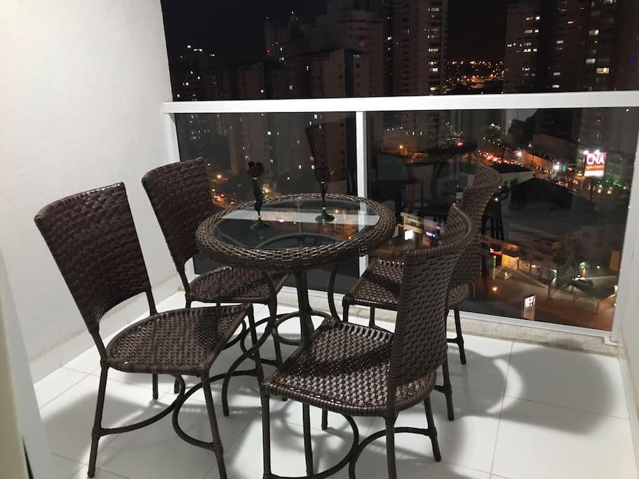 Ampla sacada, com mesa e cadeiras para aproveitar vista da cidade