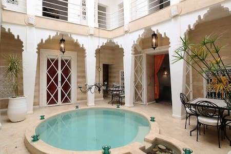 Riad Thalge in Medina - Red Room  - Marrakesh - Villa