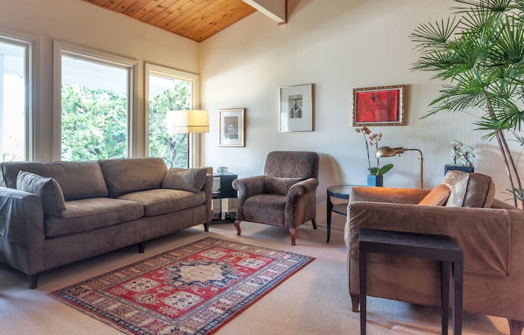 Cozy, private, Hilltop, water view - Mill Valley - House