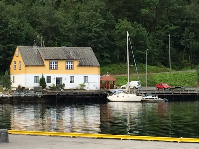 Fjordside flat with 4 bedrooms, center ofJondal.