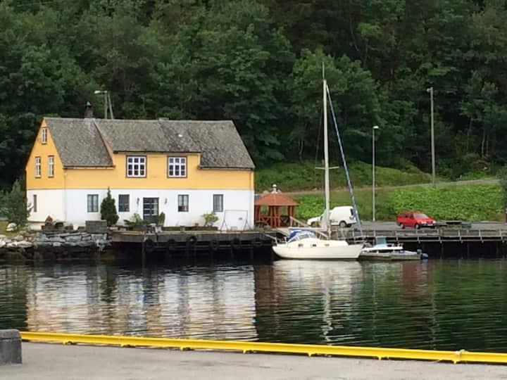 Fjordside flat with 4 bedrooms, center ofJondal.