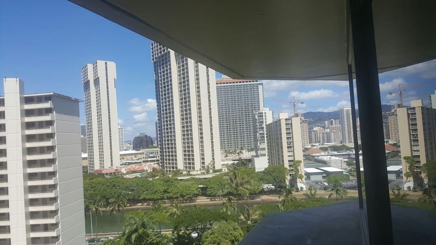 FREE PARKING!!! KING BED!!! CHEAP STUDIO!!!! POOL! - Honolulu - Apartment
