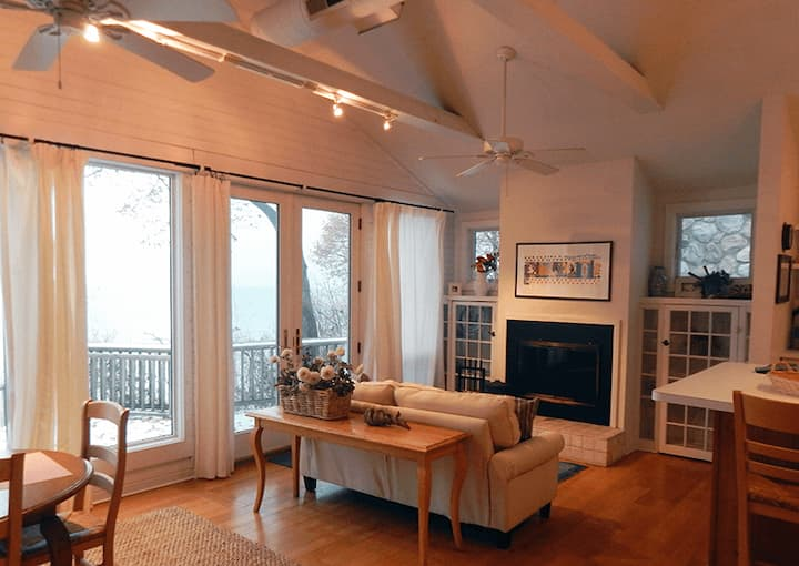 SAWYER LAKE HOUSE (Union Pier): Cozy year-round cottage with a beach view!