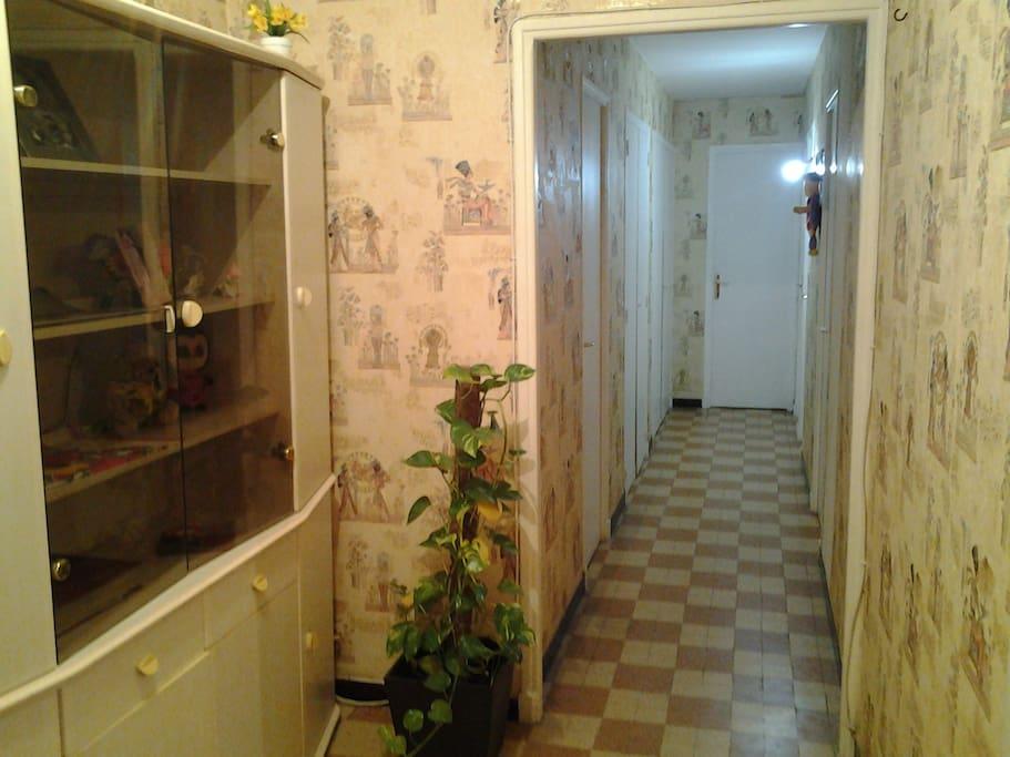 Le couloir qui mène à la chambre au Fond