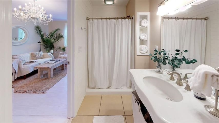 Spacious 5BR 3 Bath House Sleeps up to 18
