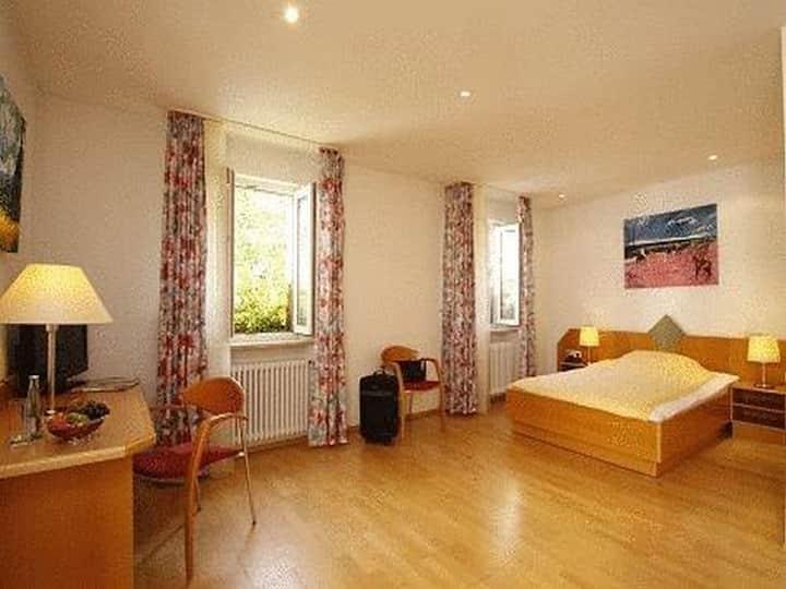 Hotel Schiller, (Freiburg), Einzelzimmer mit WC und Dusche/Bad