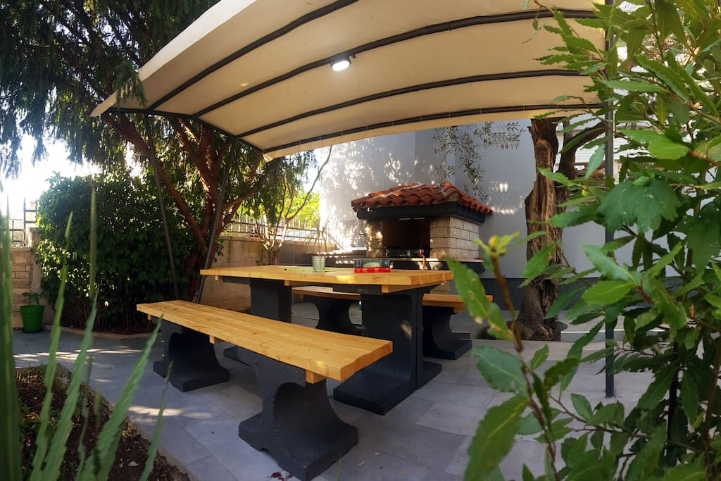Fenced terrace, table for 6, gass grill, sink.
