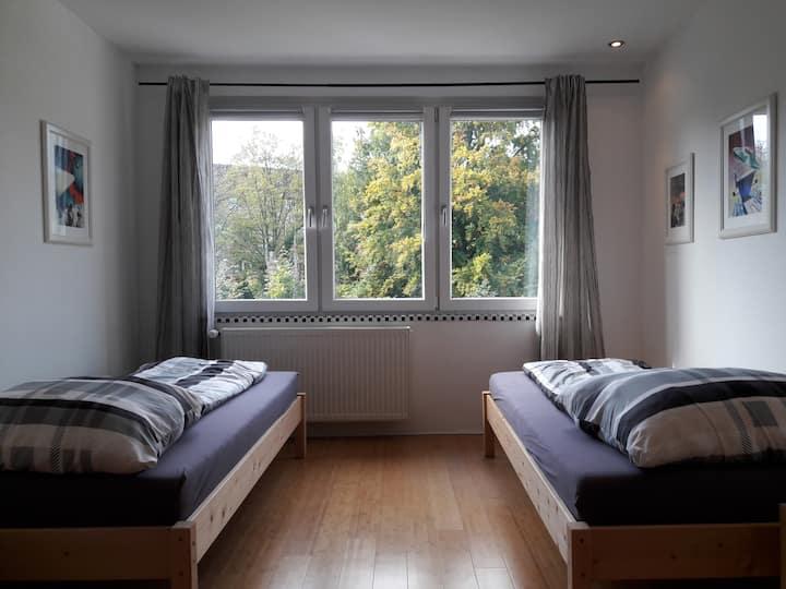 Zimmer mit privatem Bad / Nähe Flughafen + Messe