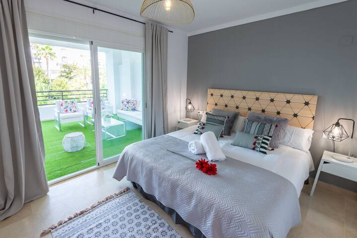 Master bedroom with ensuite bathroom. 180 x 200 cm king size bed.
