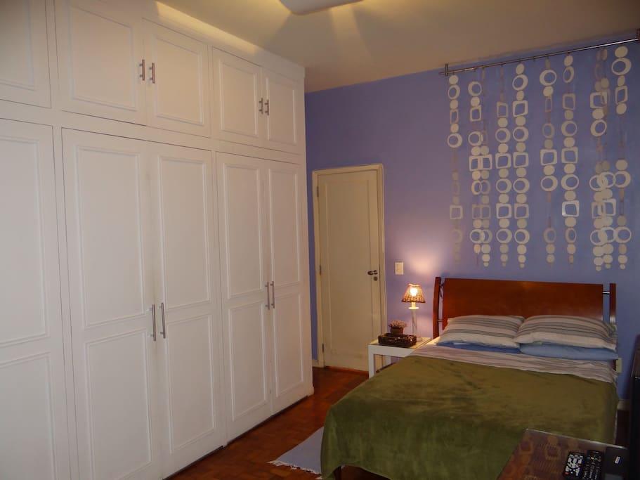 Quarto 1 - cama de casal e armario