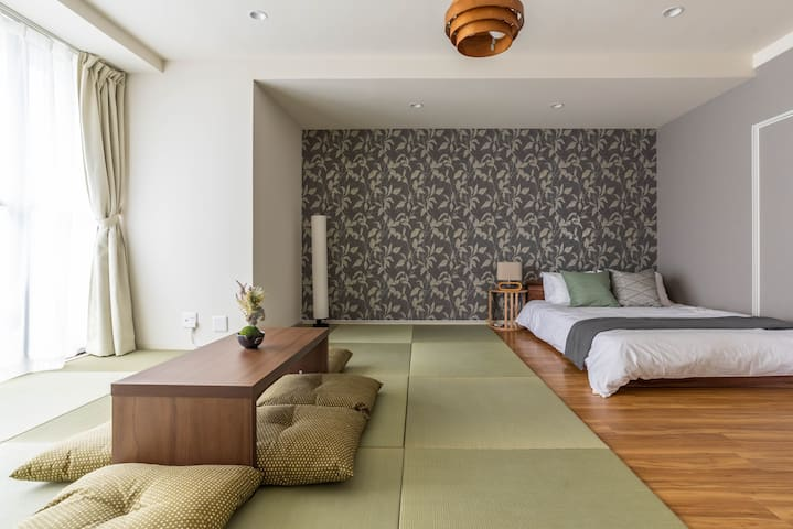 Low tables suit Japanese‐style rooms.
