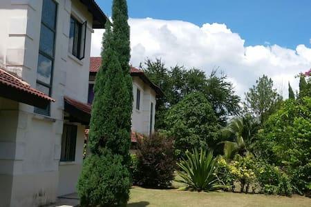 Garden Guest House - Beranang - Villa
