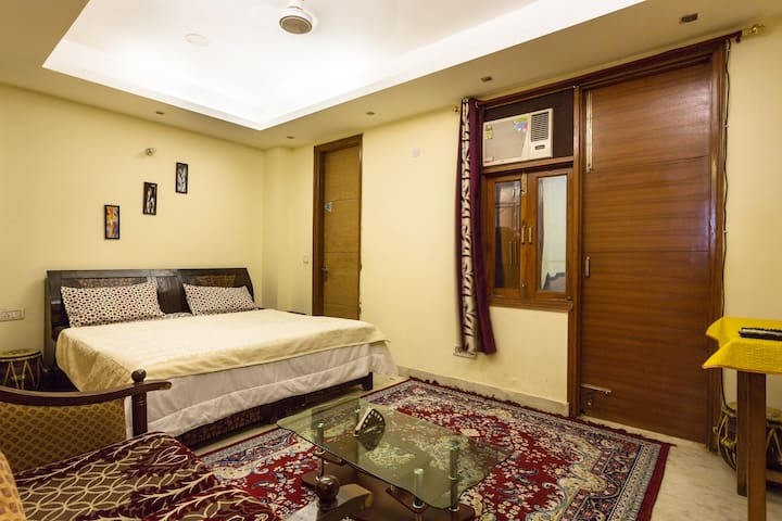 Private AC Room +Living +Kitchen - New Delhi - Apartment
