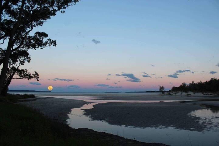 Moona Moona Retreat - Beautiful Waterfront views