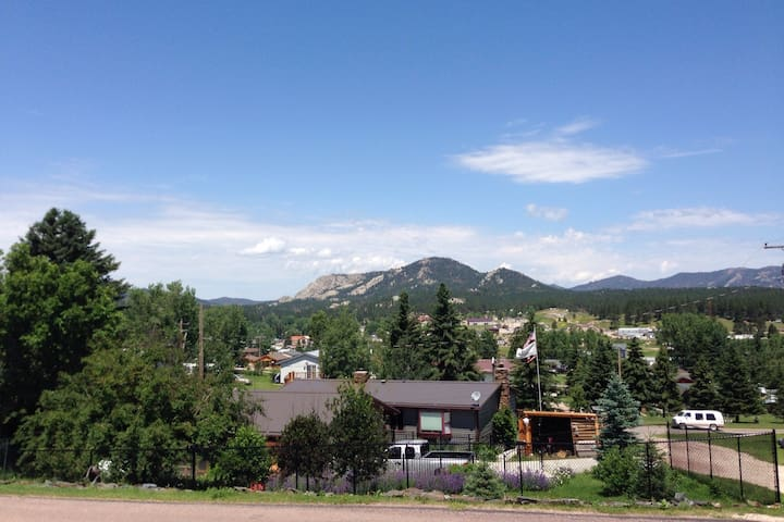 Cozy home base in Custer with million dollar view!